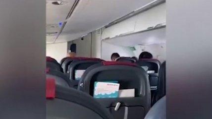 """Предложили россиянам воссоединиться с """"родной гаванью"""": украинец взволновал сеть видео из самолета"""