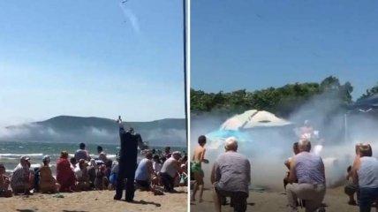 В России матрос пришел на пляж и запустил в человека сигнальную ракету по случаю дня ВМФ (видео)