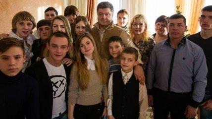 Порошенко посетил детей из Донбасса на Прикарпатье