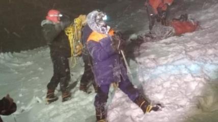 У всех альпинистов - сильные обморожения, у одного - еще и перелом