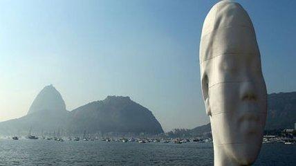 В Бразилии установили гигантскую мечтающую голову