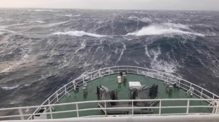Шторм в Белом море такой силы, что спасательным кораблям пришлось вернуться на берег