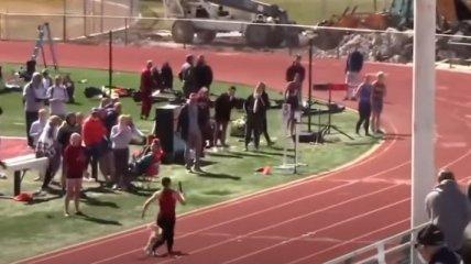 Главная звезда соревнований: в США пес прорвался на стадион и выиграл забег у спринтера (видео)