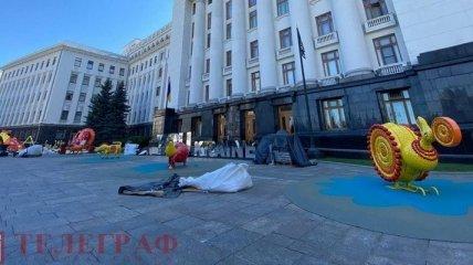 Детская площадка с персонажами картин - что сейчас происходит возле Офиса президента в Киеве (эксклюзивные фото)