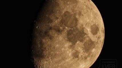 Місяць на фото Олександра Гончарова.