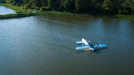 В Киеве достали упавший в водоем самолет