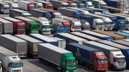 В Китае грузовик упал с моста, тринадцать человек погибли