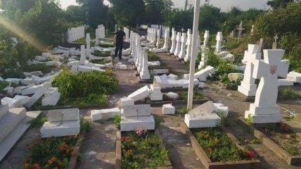 На Львовщине 20-летний парень распотрошил кладбище: пострадали 60 памятников и крестов (фото)