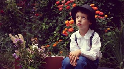 Мальчик на фоне цветов