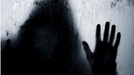 Преследователь по ночам заглядывал в окна