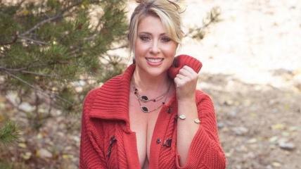 Модель из Колорадо читает молитву перед сексом