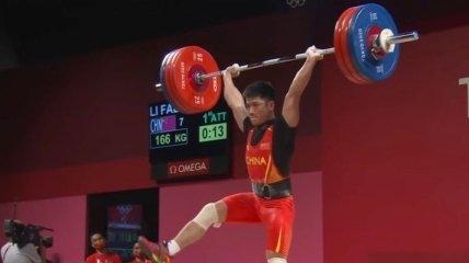 """Китай идет в отрыв: тяжелоатлет из Поднебесной выиграл """"золото"""" Олимпиады"""