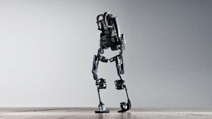 Экзоскелет помог парализованному человеку встать и пойти