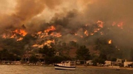 В Турции выросло число погибших от пожара, огонь почти добрался до ТЕС и аэропорта Бодрум (фото, видео)