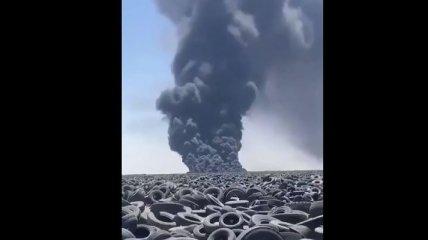 На найбільшому звалищі шин в світі спалахнула масштабна пожежа: дим видно з космосу (фото, відео)