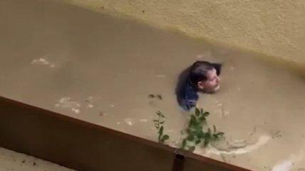 Сирены воют, автомобили и люди проплывают мимо: в Сочи случился масштабный потоп (видео)