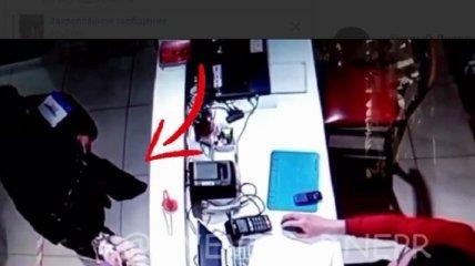 Шарят по карманам без зазрения совести: в сети показали, как орудуют воровки в Днепре (видео)