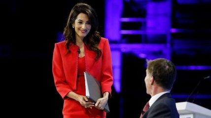 Яркий total look: Амаль Клуни очаровала стильным выходом