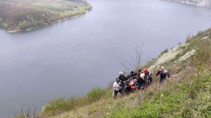 В Хмельницкой области водитель сорвался на BMW со скалы: фото спасательной операции