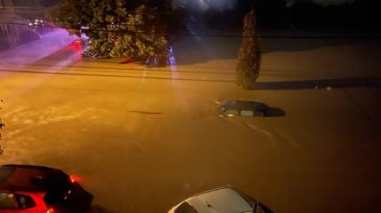 В Нью-Йорке некоторые авто оказались практически полностью под водой
