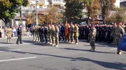 Скріншот з відео з кричалкою про Путіна з репетиції параду 20.08.2021