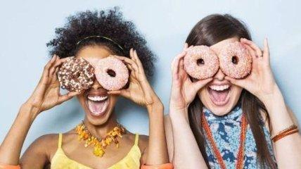 Позитивные девушки веселятся сходят с ума от безделья