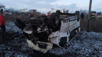 На трассе Киев-Харьков перевернулся автобус с пассажирами, есть жертвы: фото ДТП