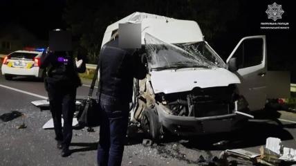 """В аварии """"досталось"""" микроавтобусу"""