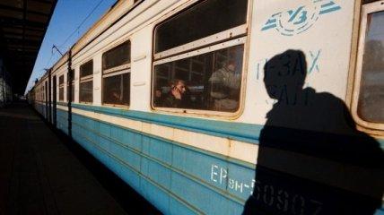 Под Киевом полсотни человек в масках и с битами разрисовали электричку