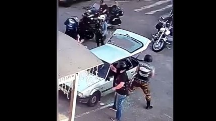 В Черкассах байкеры избили молодую пару и разнесли их автомобиль: видео с камер попало в сеть