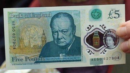 В Англии запустили в обращение первую пластиковую банкноту (Видео)