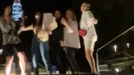 С фейерверком и музыкой: во Львове на мемориале Небесной сотни блогерша отпраздновала свое 18-летие (видео)