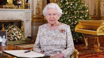 Королева рассердилась: Елизавета II забрала со своего стола портрет Меган Маркл и принца Гарри