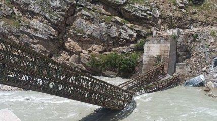 В Индии скатившиеся с горы огромные валуны снесли мост и автомобиль с туристами (видео)