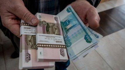 """В РФ хотят ввести понятие """"подозрительно бедные семьи"""" и лишить их детских пособий: подробности"""