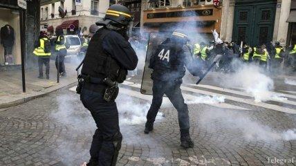 """Протесты """"желтых жилетов"""" во Франции: демонстранты напали на полицейских"""