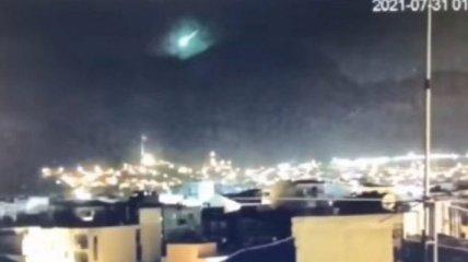 Не пожежею єдиною: на територію Туреччини впав метеорит і потрапив на відео