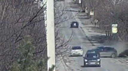 Под Киевом водитель неудачно пошел на обгон и вылетел в лесополосу: момент попал на видео
