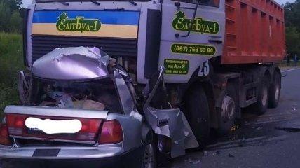 На Полтавщине авто влетело под грузовик, четверо погибли на месте (фото)