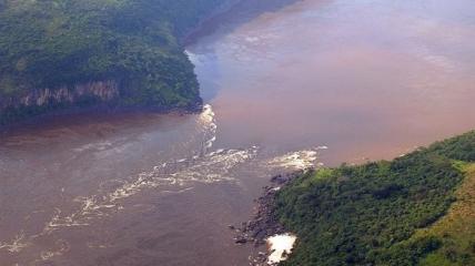 Река Конго стала красной после выброса отходов, которые должны были оставаться нетронутыми