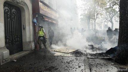 """Полиция Парижа со слезоточивым газом разгоняет """"желтых жилетов"""""""