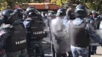 Протесты в Ереване разгораются с новой силой: оппозиционеров начали задерживать (видео)