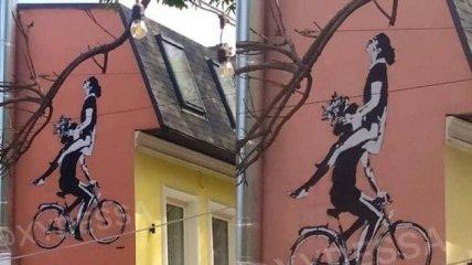 """""""Раком, боком и с прискоком"""": пикантное граффити с парой на велосипеде в Одессе развеселило сеть"""