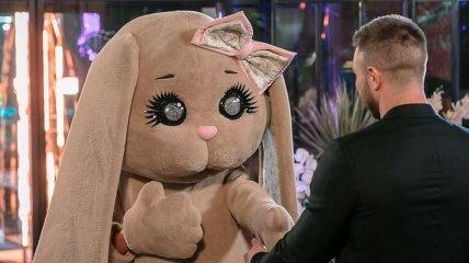 """Милая интрижка: на первую встречу с """"Холостяком"""" одна из девушек пришла в ростовом костюме Зайца"""