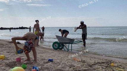 Азовское море атаковали медузы: на пляже в Запорожской области с ними борется экскаватор (фото, видео)