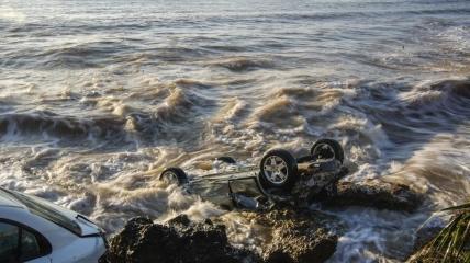 С дюжину авто унесло в Средиземное море