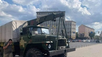 В центре Киева у военного грузовика на ходу отказали тормоза: фото и видео последствий