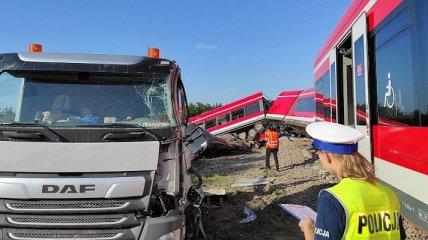 В Польше поезд сошел с рельсов после столкновения с грузовиком: восемь человек ранены (фото, видео)