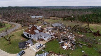 Последствия разрушительного торнадо на юге США (Фото)