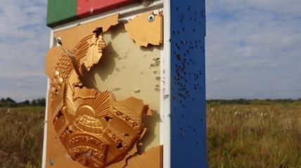 Обстрелянный знак на границе Беларуси
